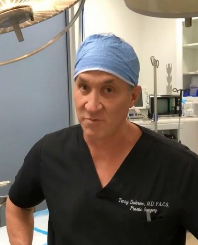 Le chirurgien refuse les interventions tant que le coronavirus sévit, quelle que soit l'enveloppe déposée sur la table