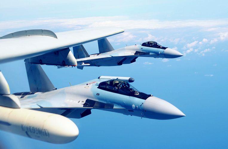 Twee Chinese Su-35-gevechtsvliegtuigen tijdens een patrouille vlakbij Taiwan. De VS straffen de Chinezen voor de aankoop vorig jaar van tien Russische Su-35's. Beeld AP