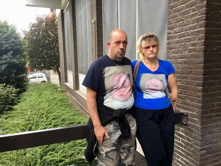 Mario en Kristel dragen hun T-shirts met foto van hun dochtertje Lielly.