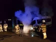 Personenbusje in Ede brandt uit