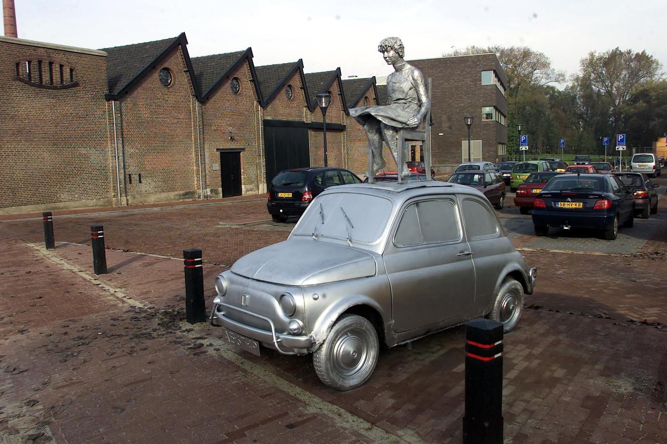 Geldrop - kunstwerk 'Grenzeloos' van Carla Rump op parkeerterrein Hofdael