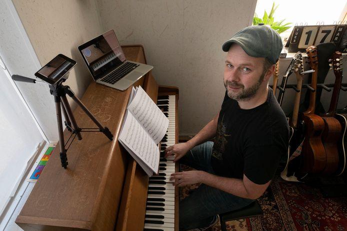 Stefan den Ouden van Het Muziekhuis geeft via blogs op Facebook zijn volgers muziekles.