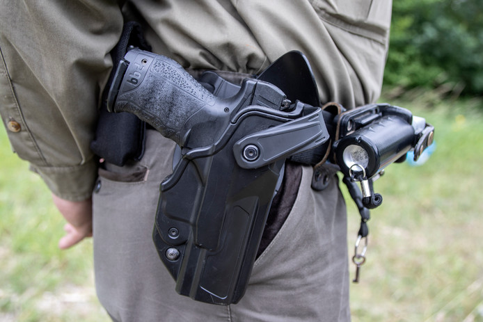 De wapenuitrusting van BOA Philip Oprel. De wapenstok zit aan de andere kant van de riem.