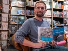 Tilroe's boek neemt je mee met soppende soldaten door de Vlissingse straten