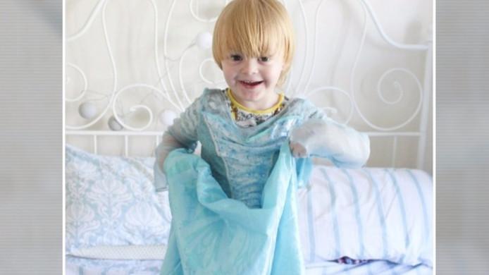 Noah draagt bijna de hele dag zijn favoriete Elsa-jurk.