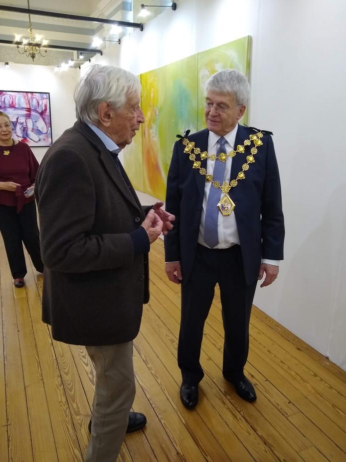 Viktor Majdandzic (l) in gesprek met burgemeester Tony Picklesimer van Chelsea.