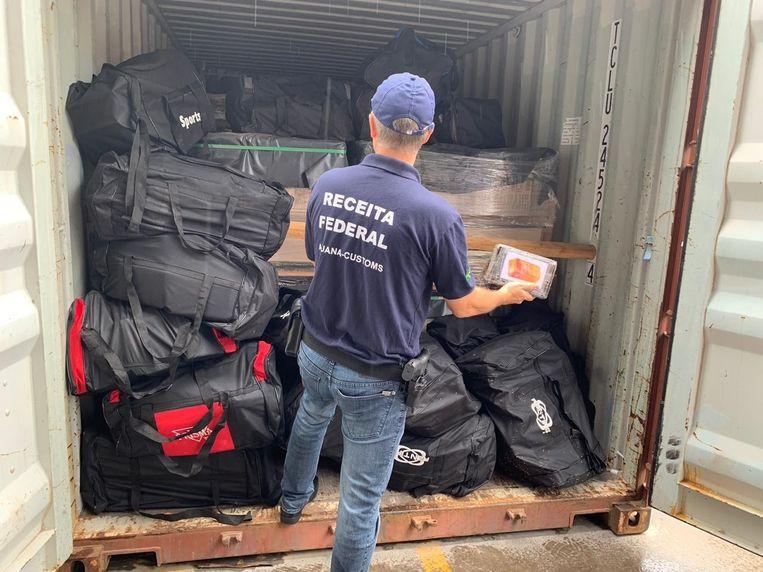 In de Braziliaanse haven Santos werd in totaal bijna 2 ton cocaïne, verstopt in sportzakken en met bestemming Antwerpen, in beslag genomen.