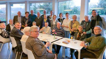 Feestcomité met traktatie naar bewoners van Leupeheem die niet naar nieuwjaarsreceptie konden komen