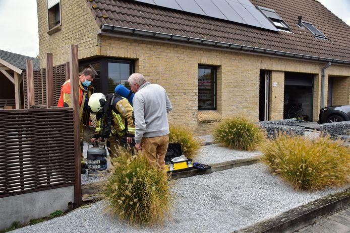 De brandweer liet de gasfles helemaal leeglopen aan de voorzijde van de woning langs de Pijplap in Gullegem.