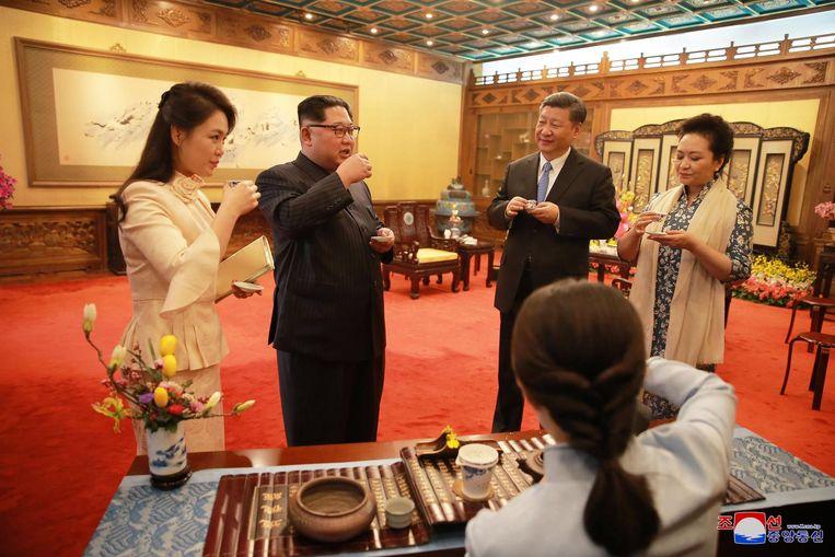 De Noord-Koreaanse leider Kim Jong-un en zijn vrouw Ri Sol-ju ontmoeten de Chinese president Xi Jinping en zijn vrouw Peng Liyuan. Beeld epa