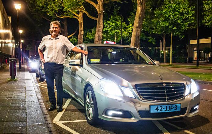 Het dag-nachtritme van taxichauffeur Henk de Ruiter is anders dan bij de meesten. ,,Ik ga mijn bed in als mijn vrouw eruit gaat.''