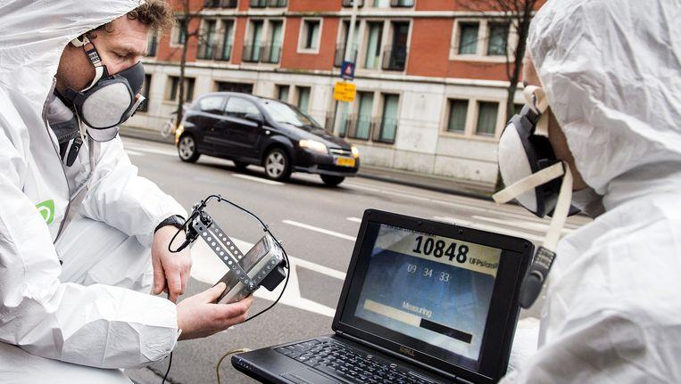 Medewerkers van Milieudefensie meten in Den Haag hoe vervuild de lucht is. Beeld anp