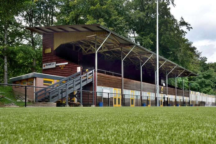 De kenmerkende tribune van VVO op sportpark de Pinkenberg.