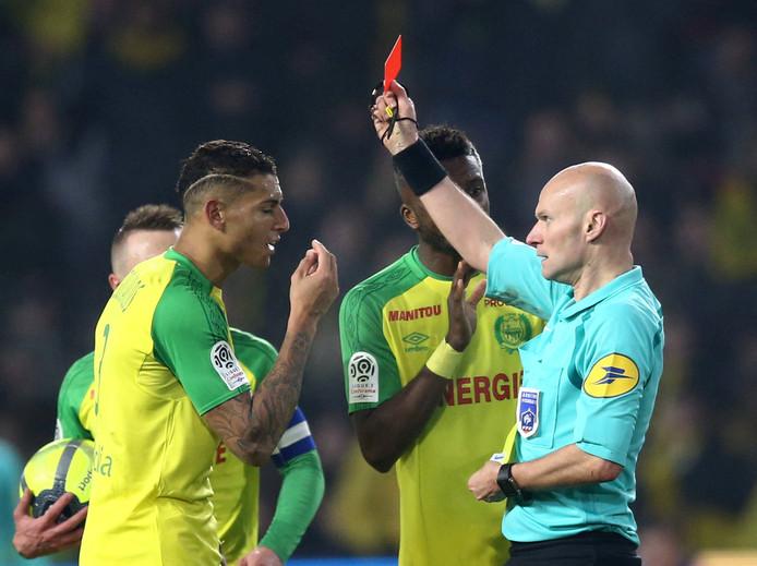 Diego Carlos krijgt de rode kaart van scheidsrechter Chapron.