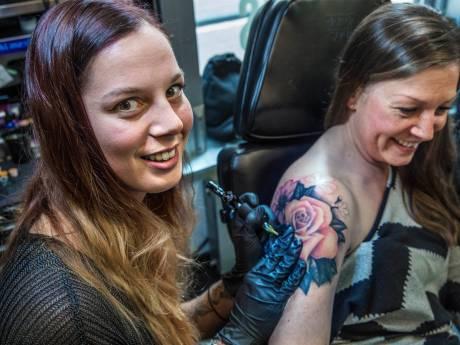 """Zelfs de 74-jarige oma van Haagse """"inkmaster"""" Laura heeft een tatoeage"""