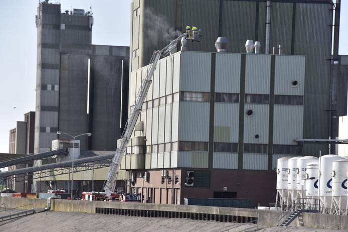 Bij voederfabriek FeedValid in Poederoijen woedt een brand.