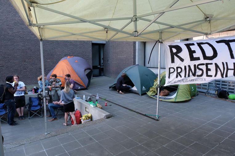 Studenten sloegen hun tentjes op voor het kotgebouw Ten Prinsenhove.