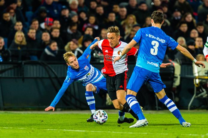 Feyenoord-speler Jens Toornstra glipt voorbij twee PEC-spelers.