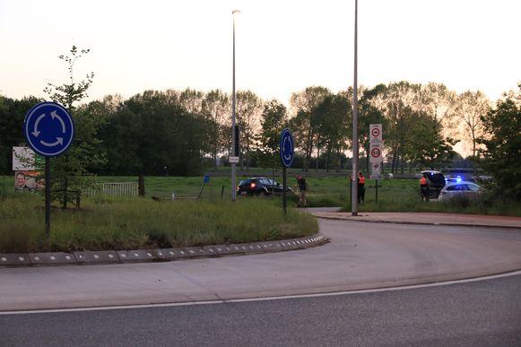 De chauffeur reed over de rotonde en kwam aan de overkant in een weiland terecht.