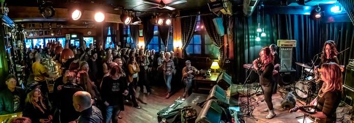 Café The Livingroom moet stoppen met versterkte livemuziek. Dat valt slecht onder muzikanten en muziekliefhebbers in Zwolle. Wat is nou een beter statement dan nog een paar keer volle bak knallen op het podium? De hele week spelen muzikanten belangeloos in de kroeg, zoals The Bluebettes (foto) en Stones Sessions donderdagavond.