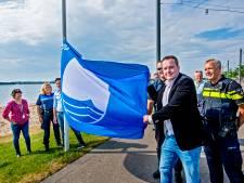 Blauwe vlag wappert weer op strand Nesselande