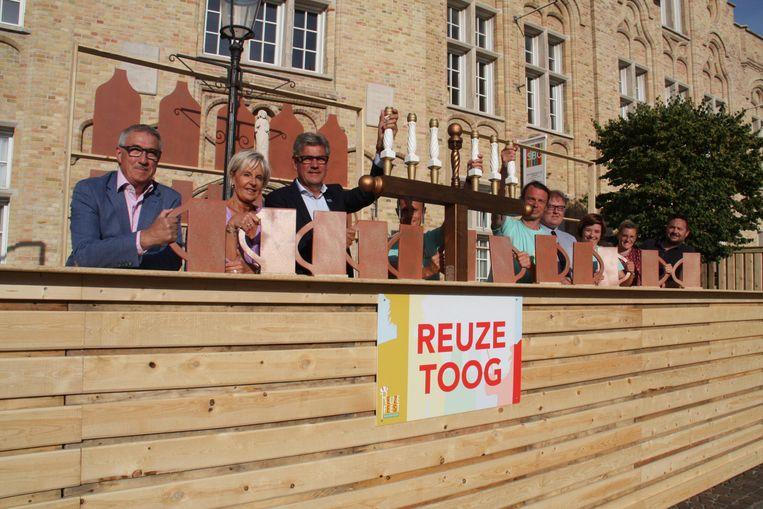 Nieuwpoort neemt afscheid van reus Jan Turpijn met een reuze feest. Het team van de Technische dienst bouwde een toog van 34 meter lang als blikvanger op de markt