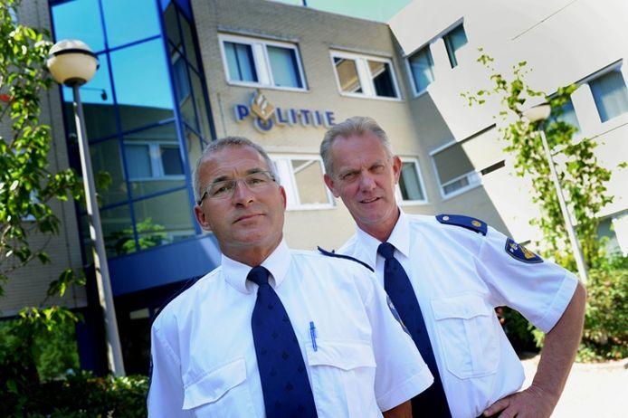 Henk Wijksta (r) en Peter van Belleghem zijn opgeleid om agenten te leren hoe ze met verschillende culturen om moeten gaan. foto Lex de Meester