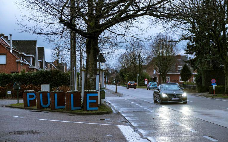 In Pulle worden enkele kruispunten met de Boudewijnlaan aangepakt. Hier het kruispunt met de Dorpstraat.