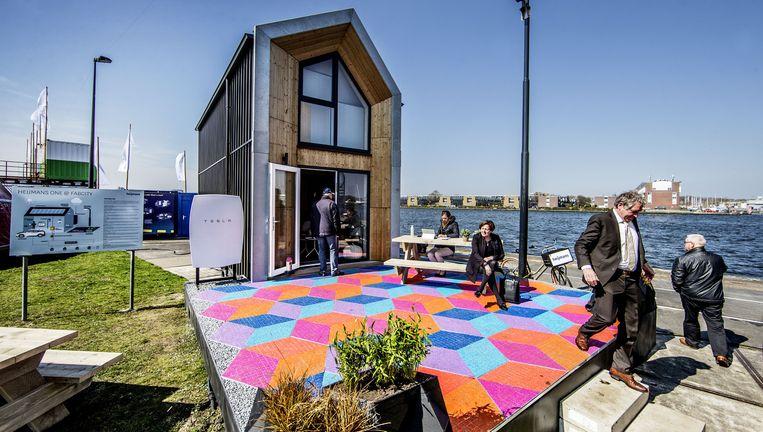 Duurzaam huis met links de accu voor opslag van zonne-energie. Beeld Jean-Pierre Jans