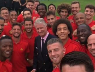"""VIDEO: Rode Duivels op de selfie met koning Filip, die op zijn beurt Hazard voor schut zet: """"Niet té veel hamburgers eten!"""""""