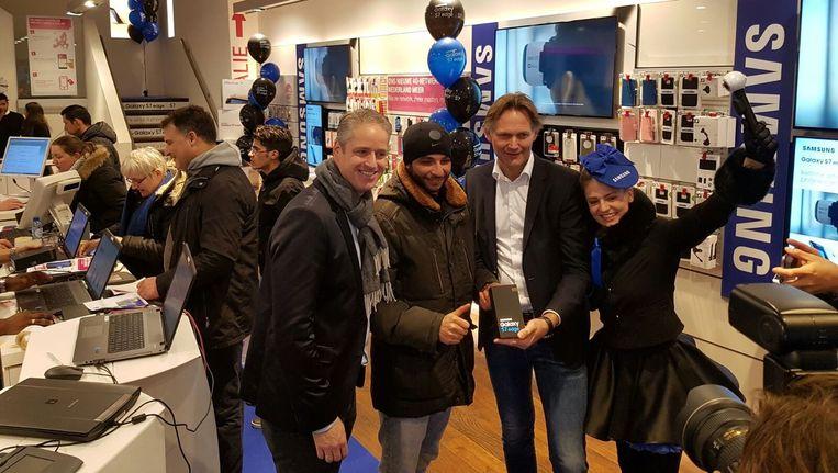 Youssef Bousfiha ingeklemd tussen Benelux-directeur Menno van den Berg van Samsung (links) en country director mobile Willem Visser. Beeld Samsung