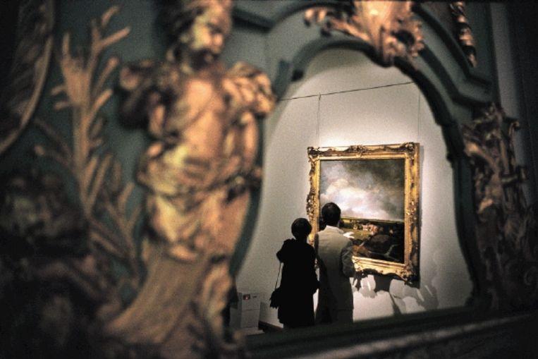 Museumbezoekers kijken naar een schilderij van Ruijsdael in het HaarlemseFrans Hals Museum. Haarlem werd in 2008 uitgeroepen tot kunststad. (Trouw) Beeld Herman Wouters/Hollandse Hoogte