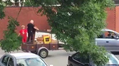 Echtpaar dumpt zonder gêne grofvuil op klaarlichte dag op straat
