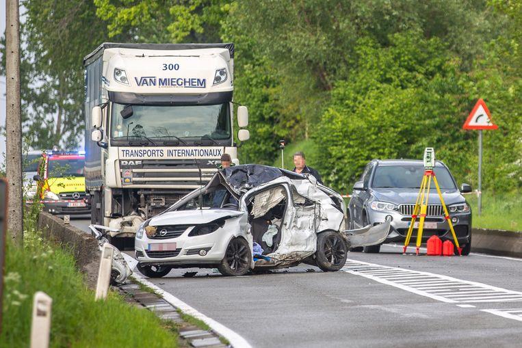 De bestuurder verloor de controle over zijn wagen en botste tegen de vrachtwagen.