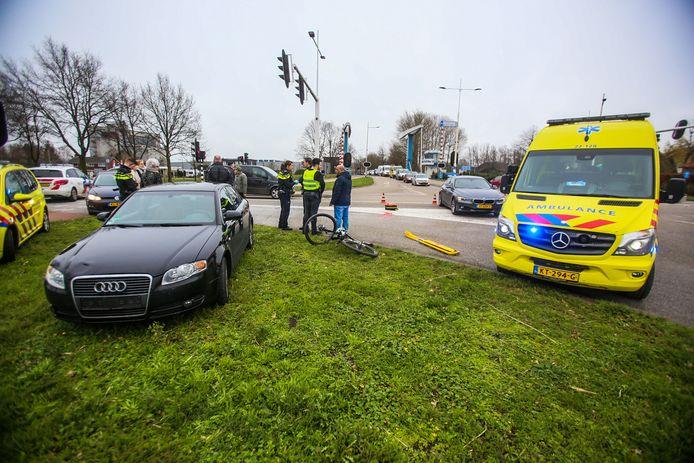 Mountainbiker geschept door auto in Helmond