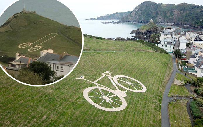 De wielen liggen nog op dezelfde plaats, maar de rest van de fiets werd herschikt, zodat er nu een enorme penis prijkt op Capstone Hill.