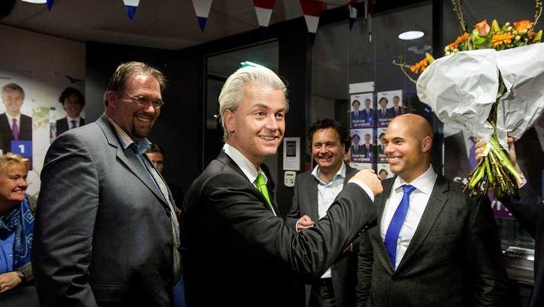 PVV-leider Geert Wilders viert de overwinning van de gemeenteraadsverkiezingen met zijn partijleden uit Almere in het stadhuis. Beeld anp