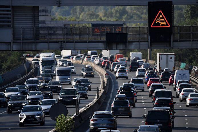 Opstoppingen bij Chasse-sur-Rhone in het zuidoosten van Frankrijk vorige week op de eerste zwarte zaterdag. Ook dit weekend moeten vakantiegangers rekening houden met grote drukte op de Franse wegen.