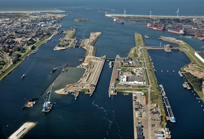 Luchtfoto van de haven van IJmuiden.