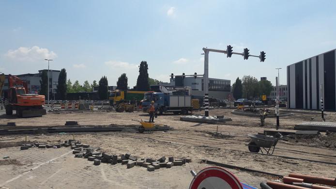 Werk aan de kruising in de Stappegoorweg, rechts de nieuwe Jumbo Foodmarkt in aanbouw.