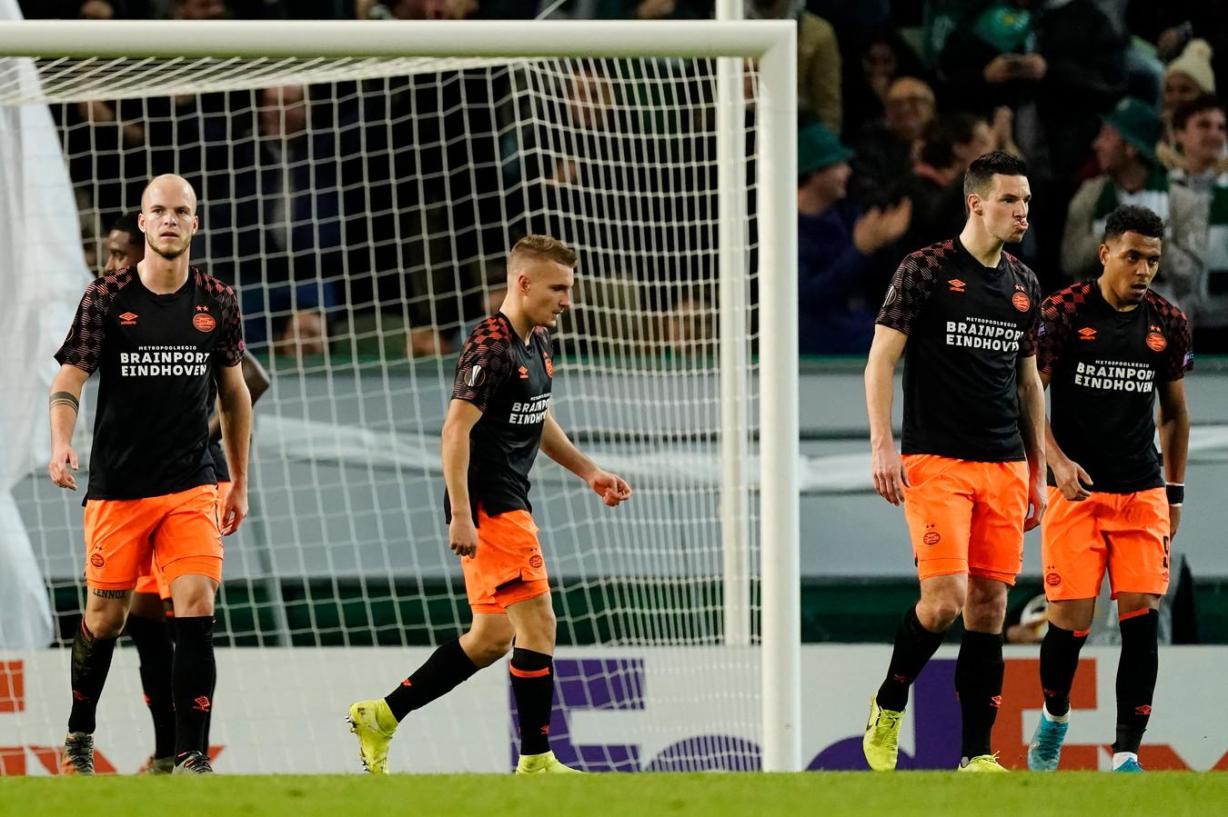 Heel PSV hapte afgelopen donderdag naar adem in Lissabon, op de foto staan Jorrit Hendrix, Michal Sadílek, Nick Viergever en Donyell Malen.