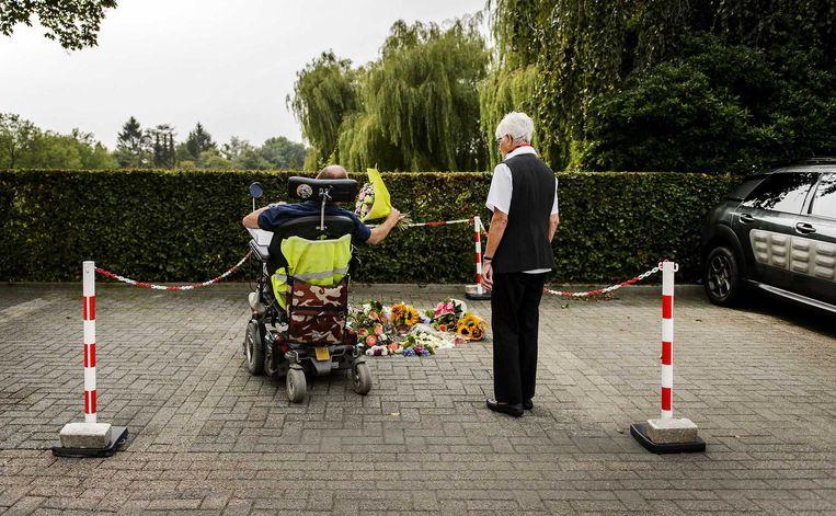 Bloemen op de parkeerplaats van het TweeSteden ziekenhuis in Waalwijk waar verpleegkundige Linda uit Zevenbergen werd doodgeschoten. Beeld ANP