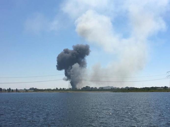 De rook die vrijkomt bij de brand in een varkensstal in Linschoten is in de wijde omtrek te zien. Hier vanaf de Cattenbroekerplas in Woerden.