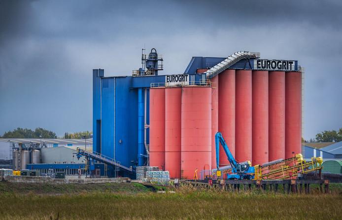 Werk op de Afsluitdijk, aan de Willemsbrug in Rotterdam en de Nijkerkerbrug in Nijkerk is al stilgelegd na de ontdekking van het asbest in het straalgrit.