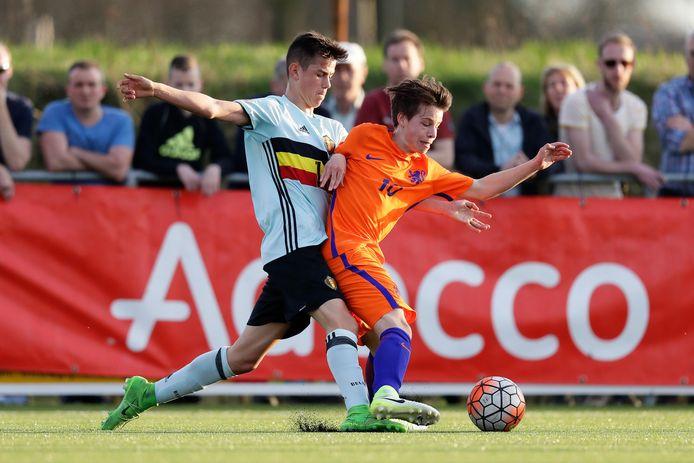 Mathias de Wolf (links) duelleert met NEC'er Dirk Proper tijdens een interland van van België Onder 15 tegen Nederland Onder 15.