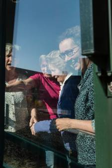 Zangeres Demi treedt in Oldenzaal op vanaf een trailer, daar komen de ouderen voor in de benen