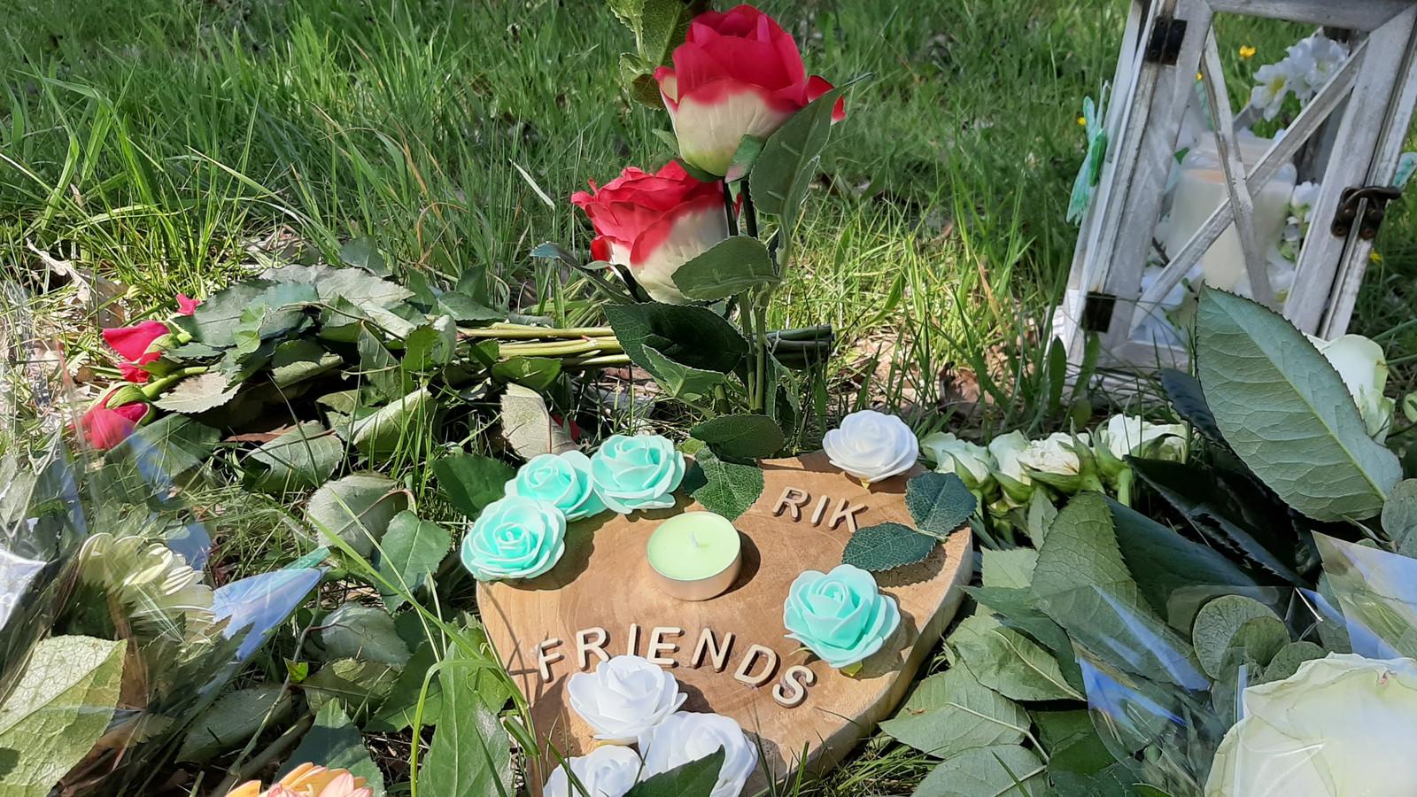 Bloemen voor Rik van de Rakt, in het gras naast de Julianasingel in Oss.