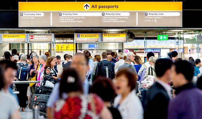 Reizigers bij de douane op Schiphol.