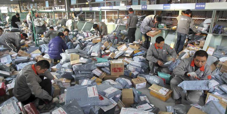 Chinese werkers sorteren de miljoenen bestellingen. Beeld reuters