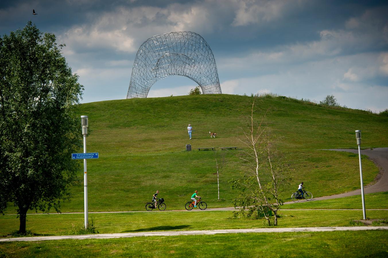 Wat tegenwoordig een park is, daar gaat een voormalige vuilstort onder schuil: de Vellert.